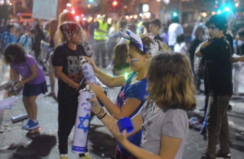 Children celebrate Independence Day at Tel Aviv's Rabin Square (photo credit: AVSHALOM SASSONI/MAARIV)