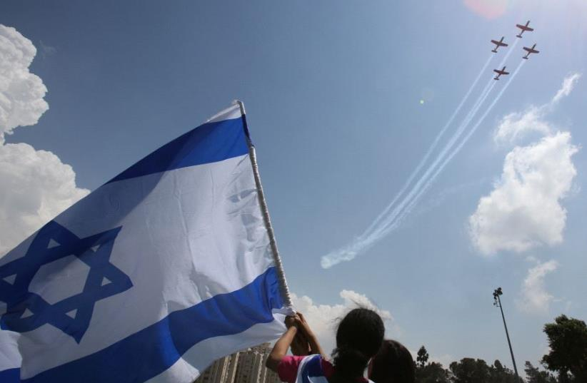Israelis gather to watch the annual Independence Day flyover. (photo credit: MARC ISRAEL SELLEM)