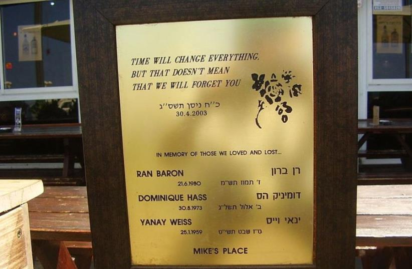 """Memorial plaque to the victims of the """"Mike's Place"""" suicide bombing that killed three victims in 2003 (photo credit: DR. AVISHAI TEICHER/WIKIMEDIA COMMONS)"""