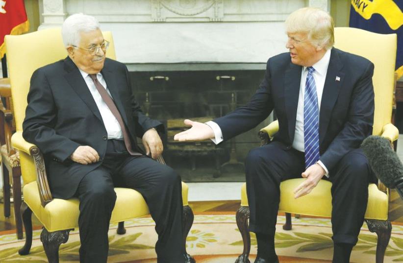 Mahmoud Abbas et Donald Trump, lors de leur première rencontre (photo credit: REUTERS)