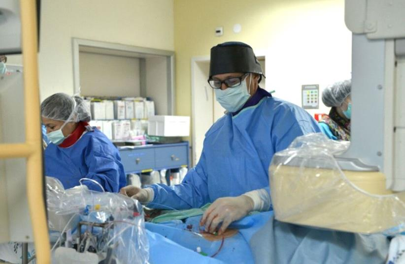 Doctor Sagi Assa operating on the heart of 11-year-old Marwan Ghazi Ali at the Wolfson Medical Center 8 May 2017. (photo credit: MEDTRONIC)