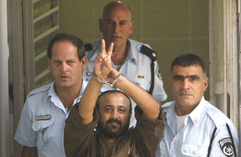 Marwan Barghouti entouré de gardiens de prison (photo credit: REUTERS)