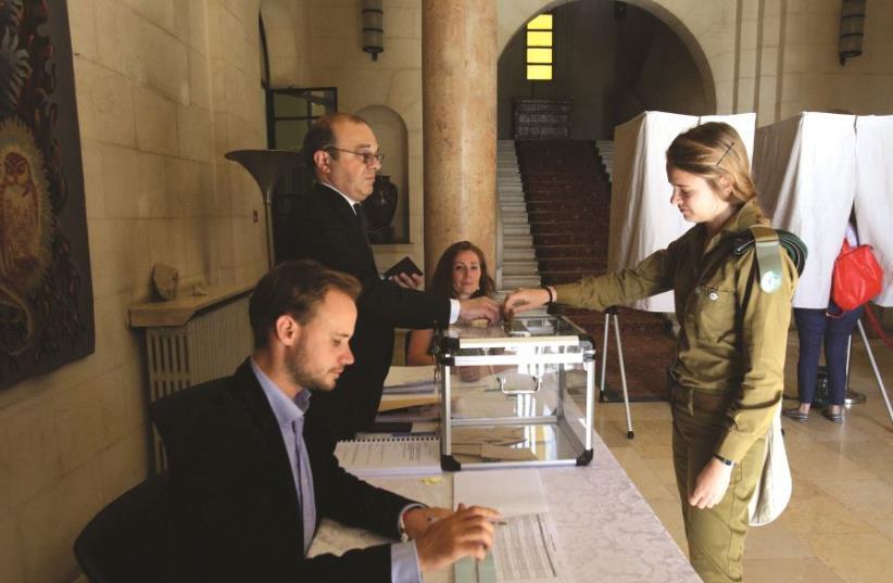 Une soldate votant lors d'élections (photo credit: MARC ISRAEL SELLEM/THE JERUSALEM POST)