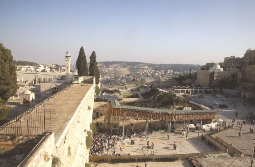 Une vue du Mur occidental (photo credit: MARC ISRAEL SELLEM/THE JERUSALEM POST)