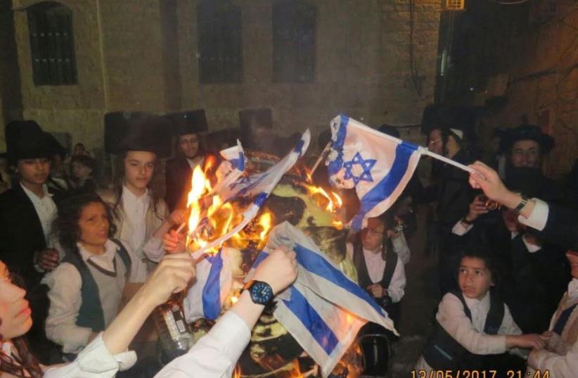 Haredi extremists burn haredi IDF soldier in effigy (photo credit: HAIM GOLDBERG)
