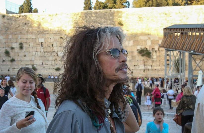 Steven Tyler at the Western Wall, May 15, 2017 (photo credit: MARC ISRAEL SELLEM/THE JERUSALEM POST)