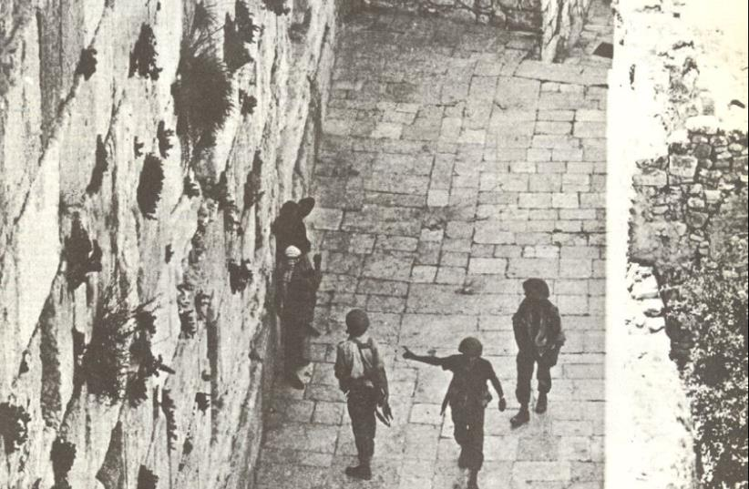 At the Western Wall during the Six Day War, Israeli soldiers hold two Arabs for questioning (photo credit: BAMAHANE/IDF WEEKLY JUNE 12 1967 ISSUE)