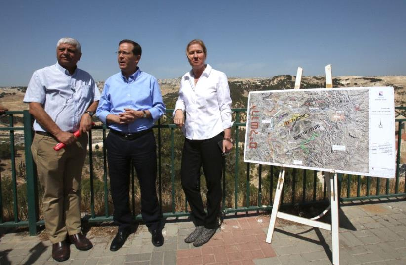Isaac Herzog, Tzipi Livni with Ma'ale Adumim Mayor Benny Kashriel, May 18 2017. (photo credit: MARC ISRAEL SELLEM/THE JERUSALEM POST)