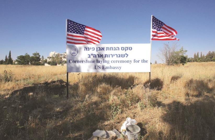 Une affiche appelant à la pose d'une pierre inaugurale de la future ambassade américaine (photo credit: MARC ISRAEL SELLEM/THE JERUSALEM POST)