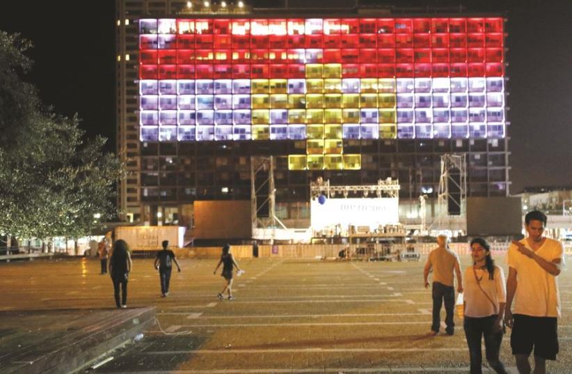 La mairie de Tel-Aviv aux couleurs de la Grande-Bretagne, après l'attentat de Manchester (photo credit: REUTERS)