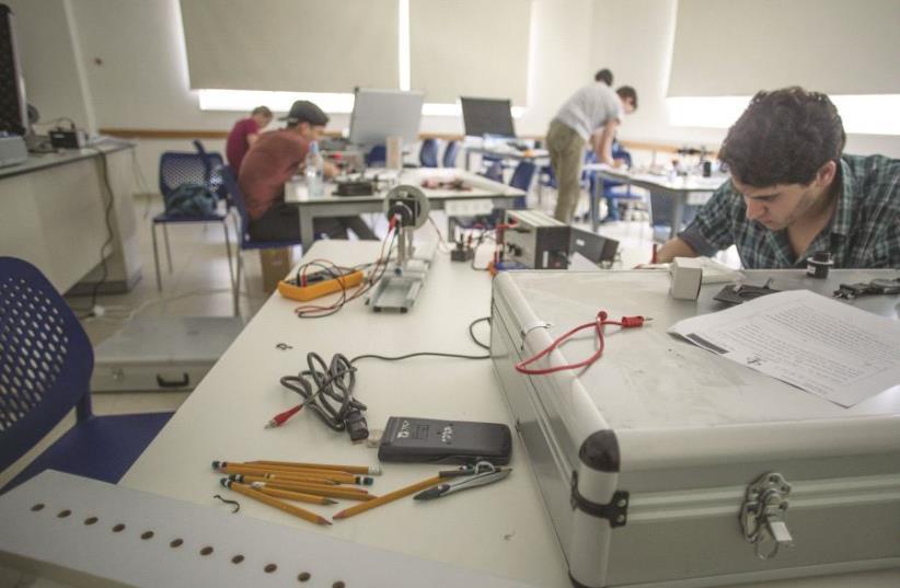 Des élèves se préparant pour les prochains Jeux olympiques de physique (photo credit: SARAH LEVI)