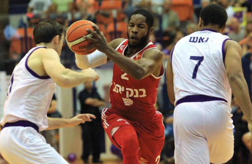 Hapoel Jerusalem guard Jerome Dyson (center) had nine points in last night's 74-72 win at Ironi Nahariya (photo credit: ERAN LUF)