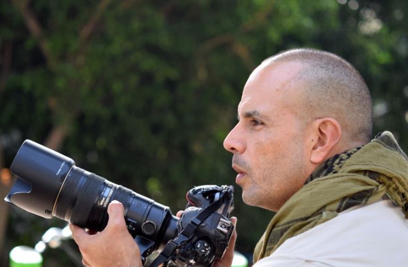 million eyez chief photographer Essdras M Saurez and his camera (photo credit: MILLION EYEZ)