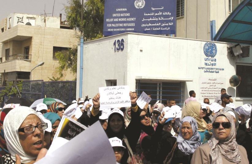 Des manifestants devant une représentation de l'UNRWA à Amman (photo credit: DR)