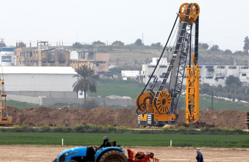 L'édification de la future barrière entre la bande de Gaza et Israël (photo credit: REUTERS)