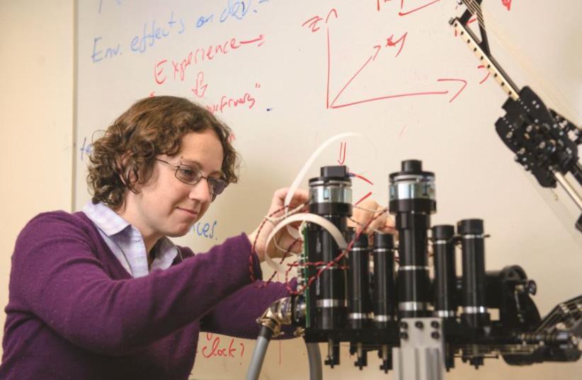 Le Dr Ilana Nisky travaille au développement du sens tactile des robots (photo credit: DANI MACHLIS/BGU)