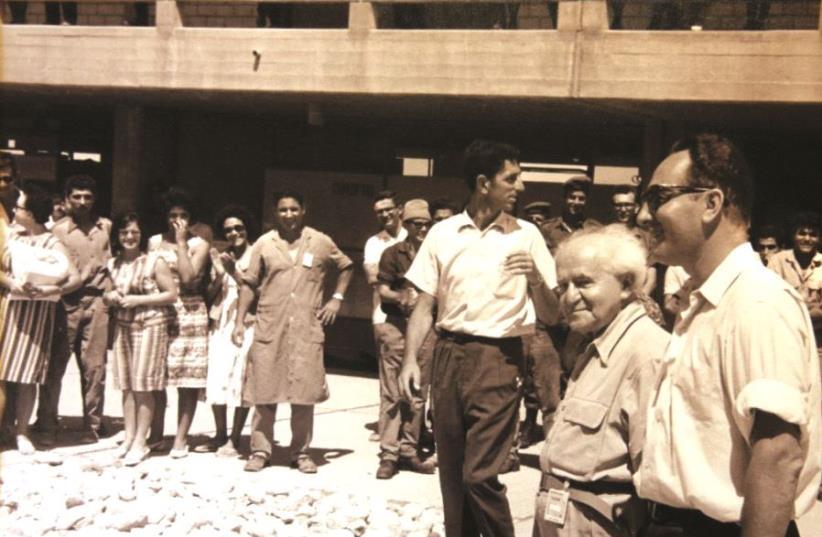 David Ben-Gurion et Shimon Peres en visite sur le site du réacteur nucléaire de Dimona (photo credit: GPO)