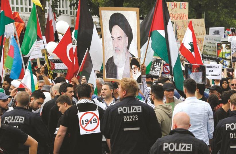 """Juin 2015, des manifestants protestaient lors de la journée annuelle """"Al Quds"""" (photo credit: REUTERS/FABRIZIO BENSCH)"""