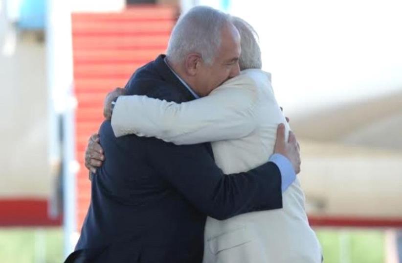 Prime Minister Benjamin Netanyahu greets Indian Prime Minister Narendra Modi upon his arrival in Israel, July 4, 2017 (photo credit: HAIM ZACH/GPO)