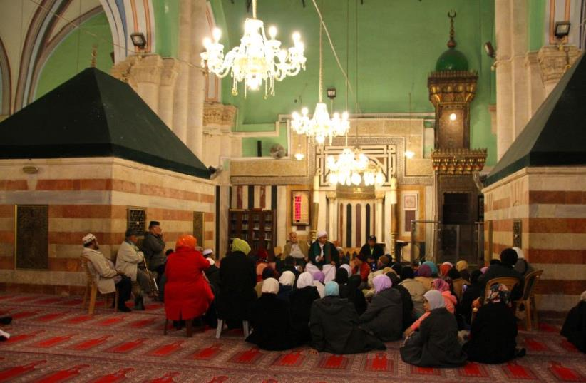 Muslim worshippers at the Ibrahimi mosque at the Cave of the Patriarchs, Hebron (photo credit: TOVAH LAZAROFF)