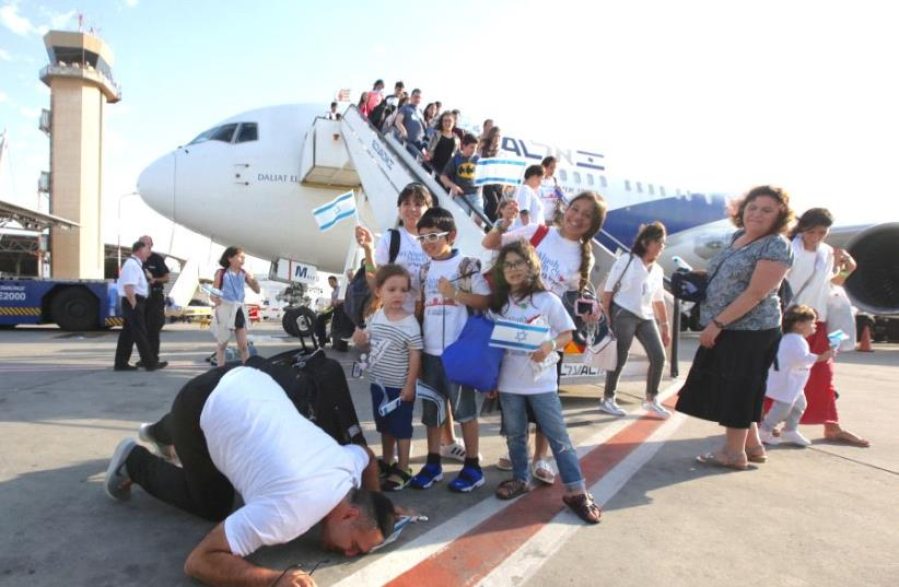 French olim arrive at Ben-Gurion Airport, July 10, 2017. (photo credit: MARC ISRAEL SELLEM/THE JERUSALEM POST)