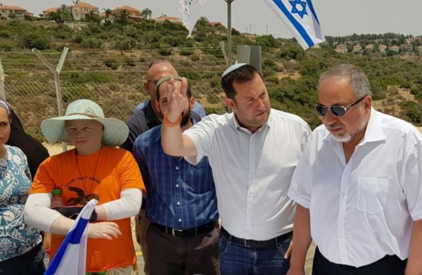 Defense Minister Avigdor Liberman (R) and Samaria Regional Council head Yossi Dagan (photo credit: ROI HADI)