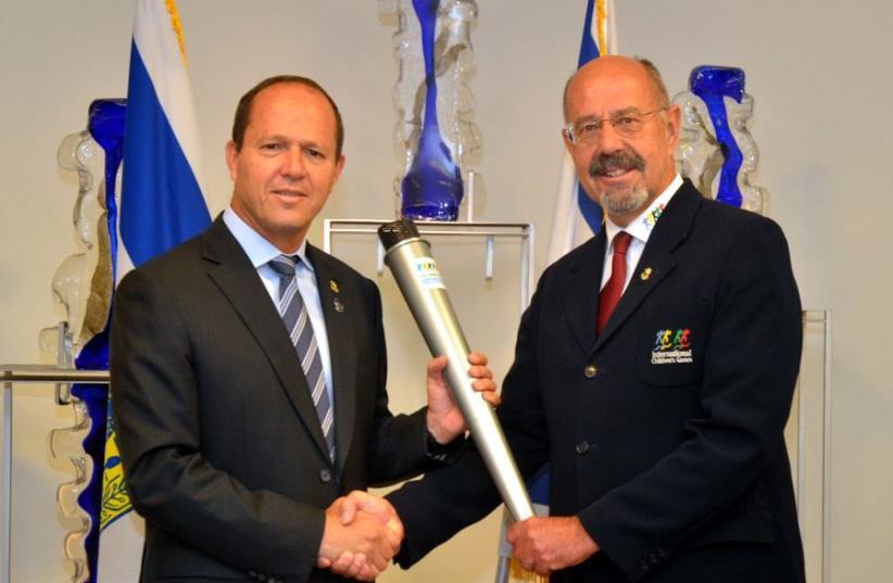 Picture of Jerusalem Mayor Nir Barkat (left) and president of the International Children's Games Torsten Rasch (photo credit: JACKIE LEVY/JERUSALEM MUNICIPALITY)