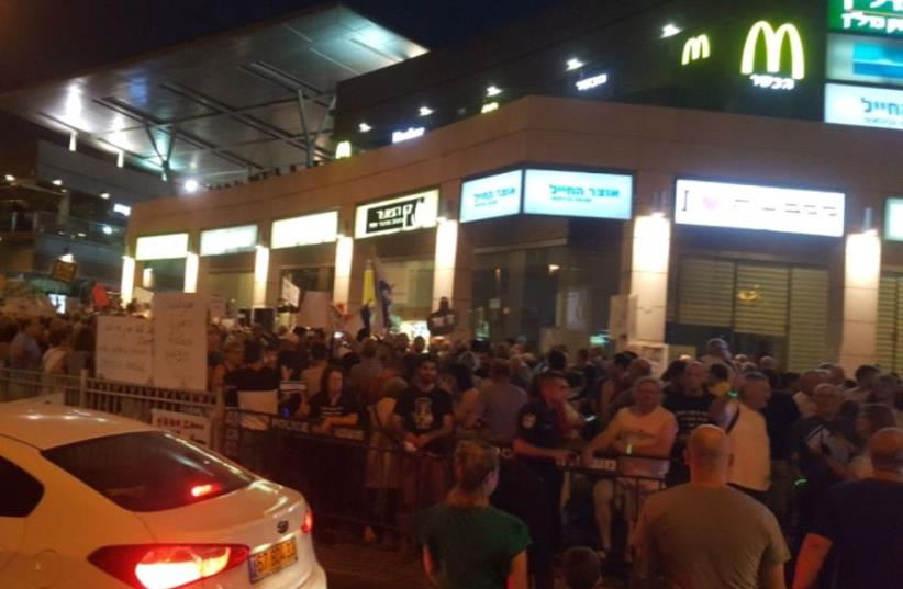 Anti-corruption demonstration near the Petah Tikva home of Attorney-General Avichai Mandelblit.  (photo credit: ALON HACHMON)