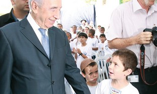 Shimon Peres with first graders