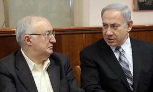 PM Netanyahu with Prof. Trajtenberg at cabinet