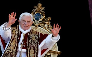 Pope Benedict XVI waves as he gives Urbi et Orbi - Photo: REUTERS/Alessandro Bianchi