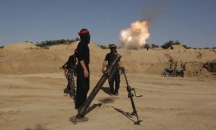 Palestinian terrorists fire a mortar shell in Gaza - Photo: Ibraheem Abu Mustafa / Reuters