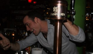 Barman Ilan Ferron (Yoni Cohen)