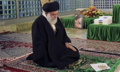 Ayatollah Ali Khamenei prays - Photo: REUTERS