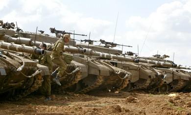 soldier jumps of Merkava tank - Photo: REUTERS