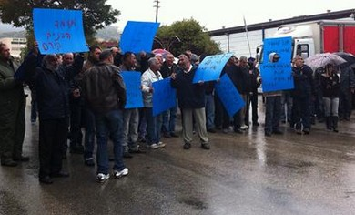 protesting workers at Pri Hagalil factory