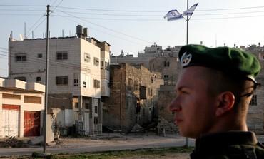 IDF soldado monta guardia cerca de Beit Hamachpela