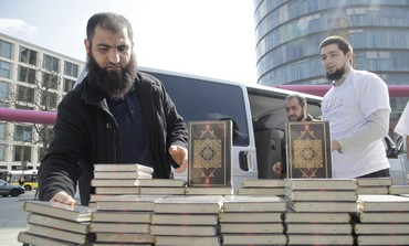 German Muslims hand out english-language Korans