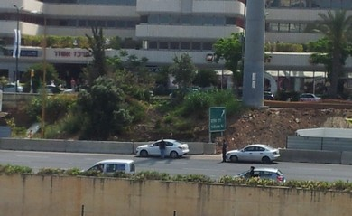 Israelis stop on the freeway to stand for a Remembrance Day siren (Michael Omer-Man)