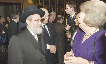 RABBI BINYOMIN JACOBS with Queen Beatrix [file] - Photo: RCE