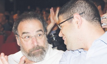 Mandy Patinkin (L) wth Peace Now director - Photo: Tovah Lazaroff