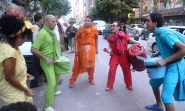 Street performers cool off in Cairo
