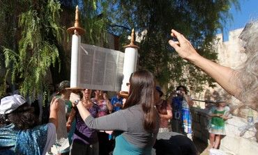 Women of the Wall member raises Torah