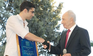 Peres awards Everest hero Nadav Ben-Yehuda