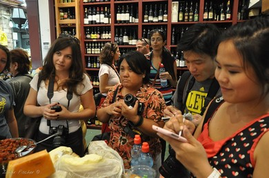 Bloggers learning about Israeli wines and cheeses (Zohar Fischer)