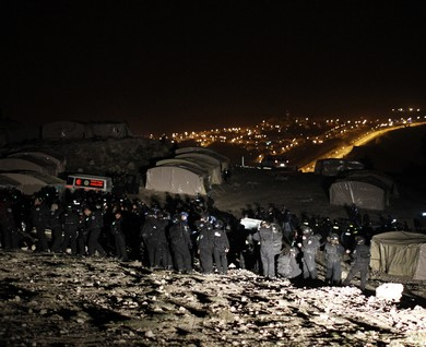 Border Police prepare to evacuate Palestinian E1 outpost [Photo: Ammar Awad / Reuters]