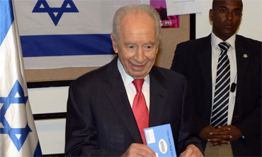 President Shimon Peres votes in Jerusalem in elections for the 19th Knesset, January 22, 2013.