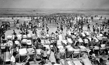 The beach as a democratizing force in the early 20th Century (Tom Beazley - Wikicommons)