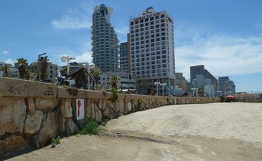The promenade as a city wall, defining a binary quality of concrete or sand (Courtesy)