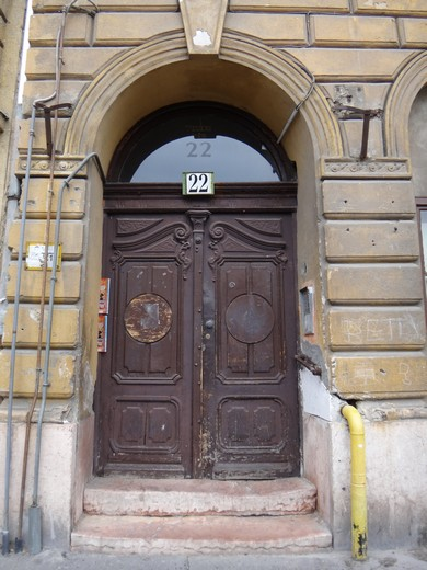 Unassuming outer entrance to Teleki Ter Synagogue